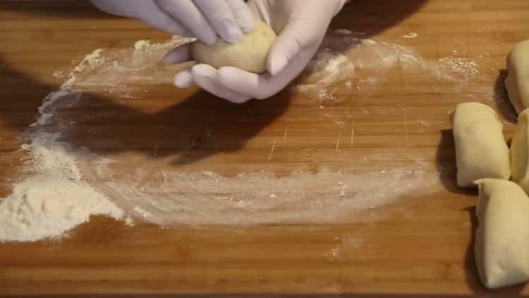 Для приготовления булочек сформуйте заготовки
