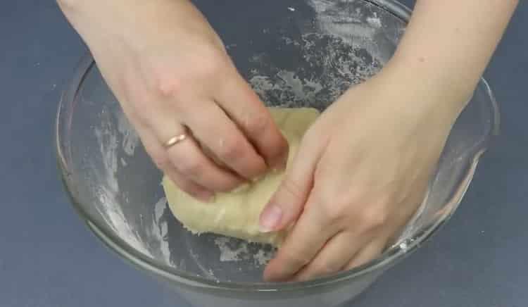 Для приготовления теста смешайте ингредиенты