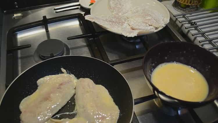Для приготовления тилапии обжарьте рыбу