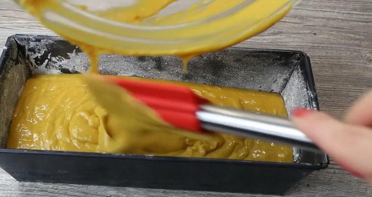 Для приготовления тыквенного кекса вылейте тесто в форму