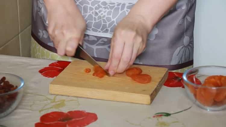 Для приготовления улиток из слоеного теста нарежьте курагу