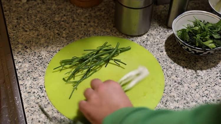 Для приготовления ухи из налима нарежьте лук