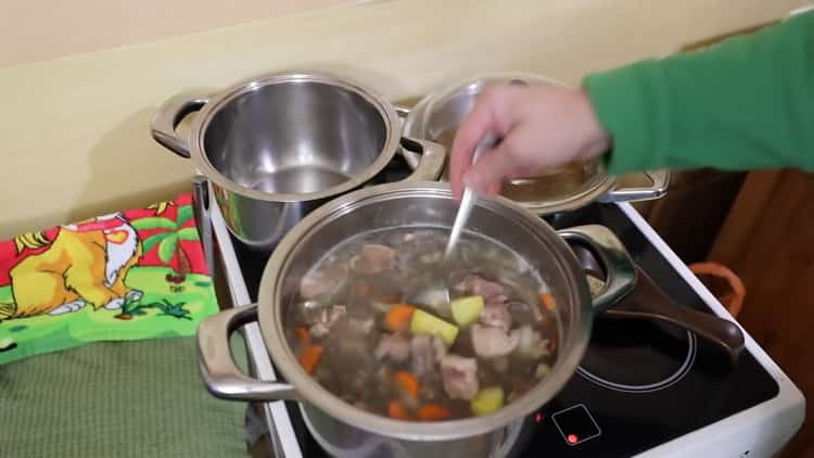 Для приготовления ухи из налима добавьте картофель