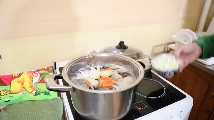 Для приготовления ухи из налима добавьте овощи