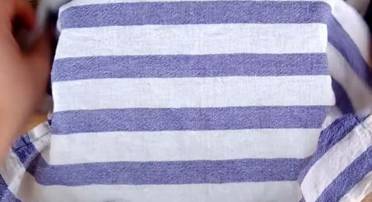 Для приготовления хачапури лодочки положите тесто под полотенце