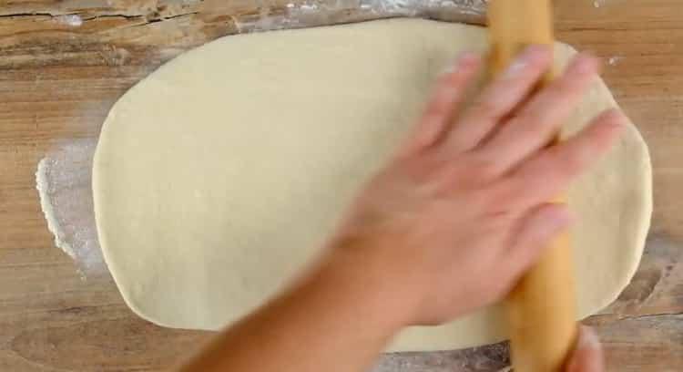 Для приготовления хачапури лодочки раскатайте тесто