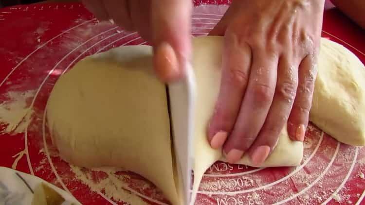Для приготовления хачапури на сковороде разделите тесто