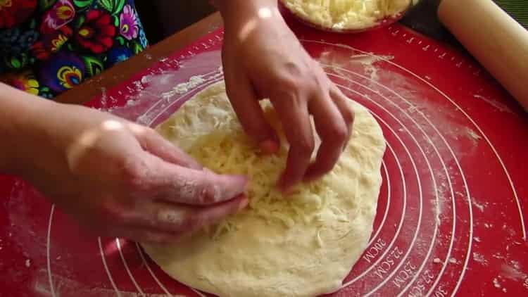 Для приготовления хачапури на сковороде выложите начинку на тесто