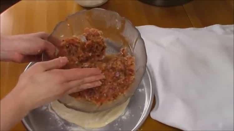 Для приготовления хачапури с мясом выложэите начинку на тесто