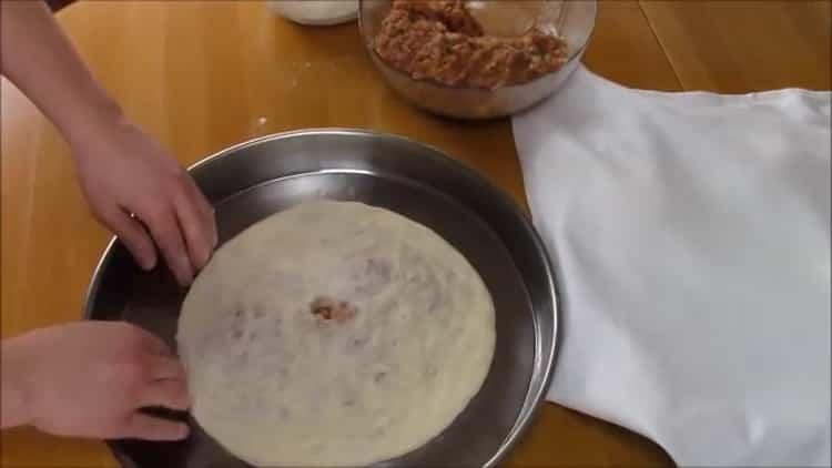 Для приготовления хачапури с мясом разогрейте духовку