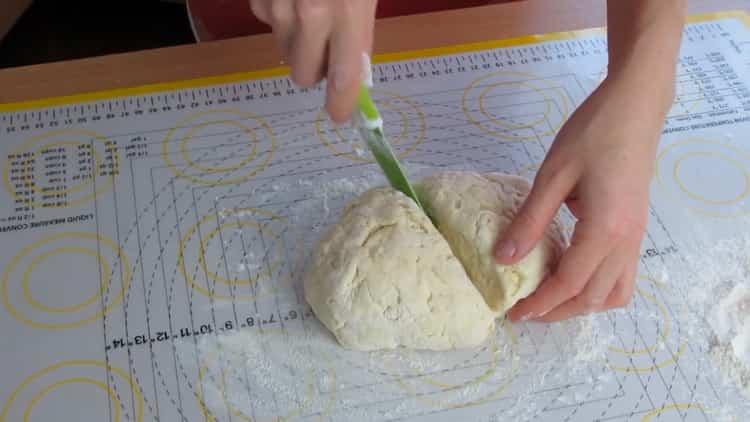 Для приготовления хачапури с творогом и сыром разделите тесто