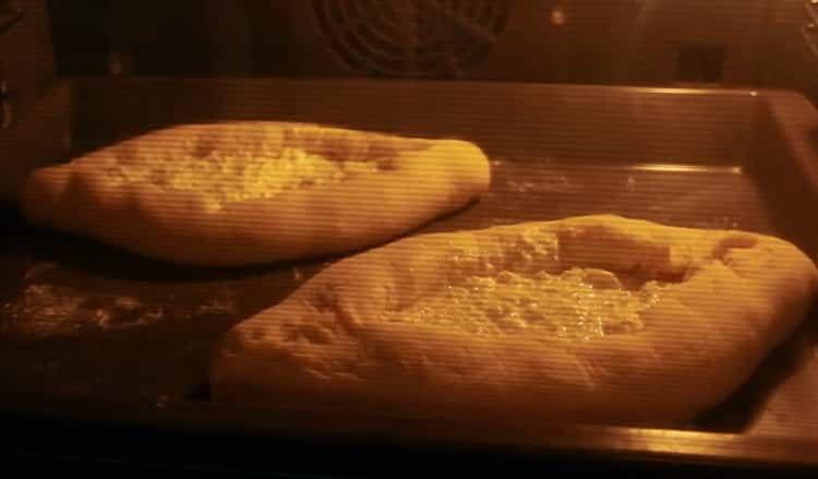 Для приготовления хачапури с яйцом и сыром разогрейте духовку