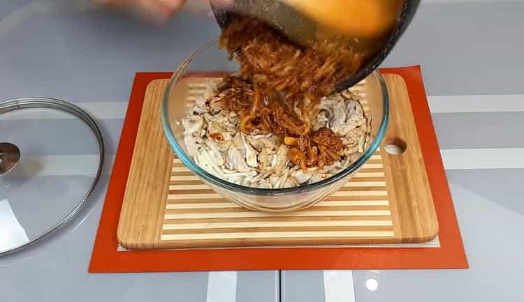 Для приготовления хе из толстолобика, соедините лук с рыбой