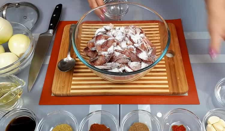 Для приготовления хе из толстолобика, добавьте к рыбе соль