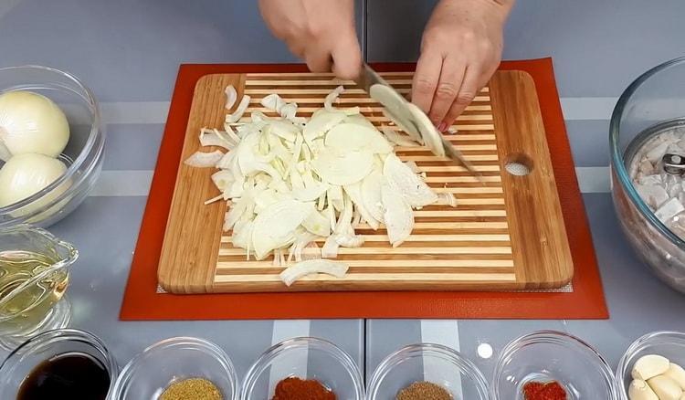 Для приготовления хе из толстолобика, нарежьте лук
