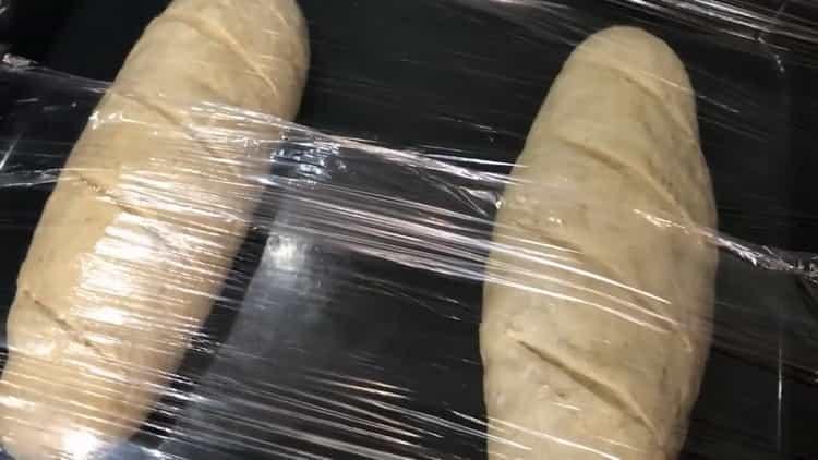Для приготовления хлеба на сыворотке положите тесто под пленку