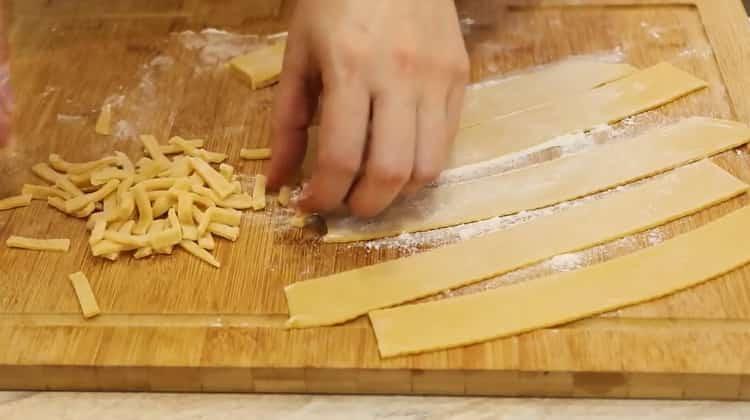 Для приготовления чак чака по классическому рецепту нарежьте тесто