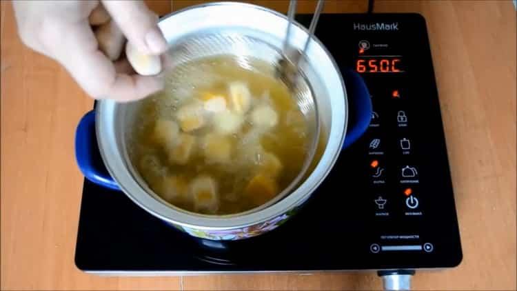 Для приготовления чак чака по татарски обжарьте тесто