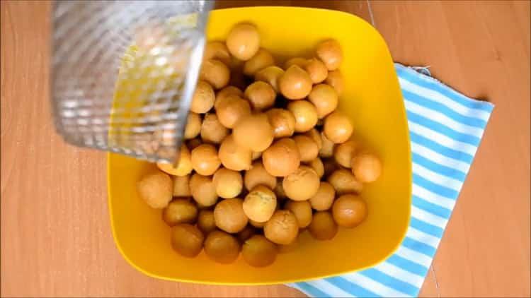 Для приготовления чак чака по татарски выложите изделия в миску