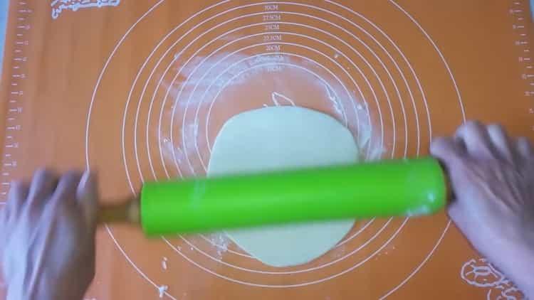 Для приготовления чебуреков из слоеного теста раскатайте тесто