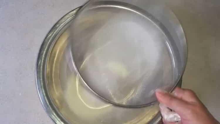 Для приготовления чебуреков из слоеного теста просейте муку