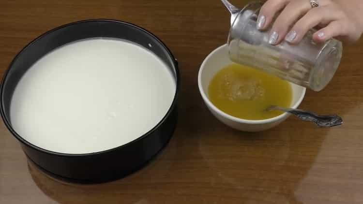 Для приготовления чизкейка без выпечки, приготовьте желе