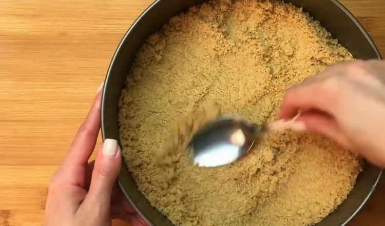 Для приготовления классического чизкейка выложите основу в форму