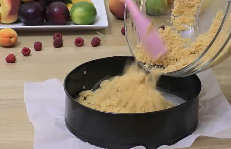 Для приготовления чизкейка нью-йорк выложите основу в форму