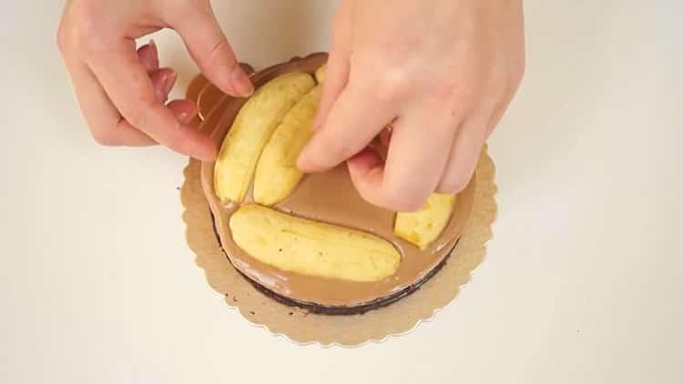 Для приготовления шоколадно бананового торта выложите бананы на торт