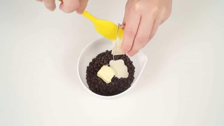 Для приготовления шоколадно бананового торта приготовьте ганаш