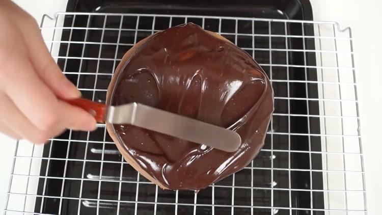 Для приготовления шоколадно бананового торта смажьте торт