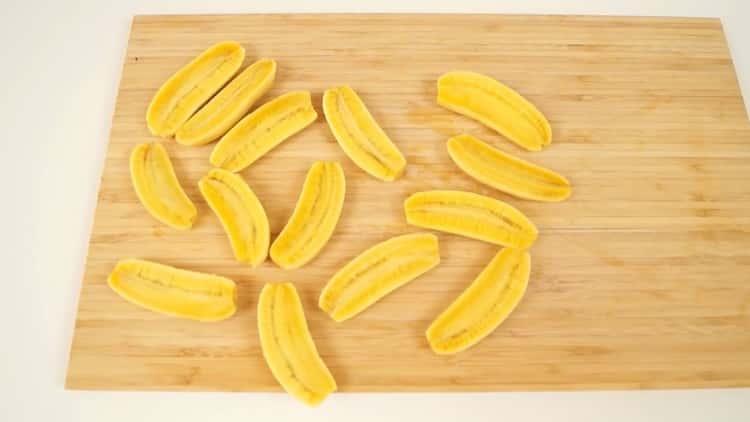Для приготовления шоколадно бананового торта нарежьте банан