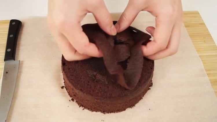 Для приготовления шоколадно бананового торта выпеките бисквит
