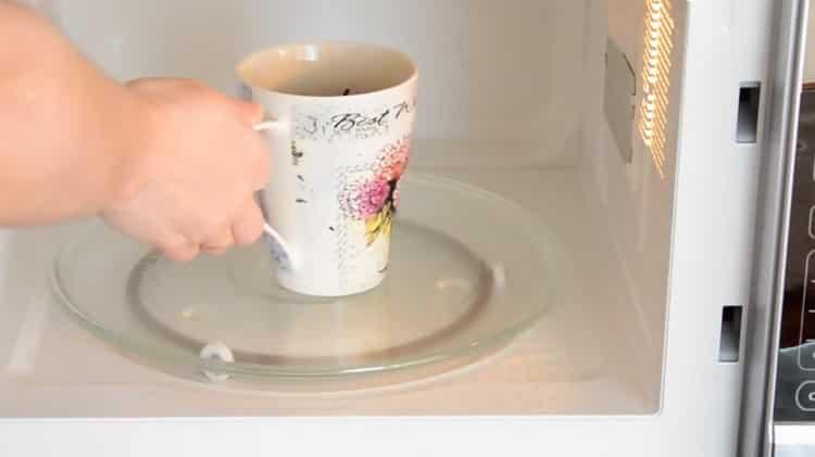 Для приготовления шоколадного кекса в микроволновке подготовьте микроволновку