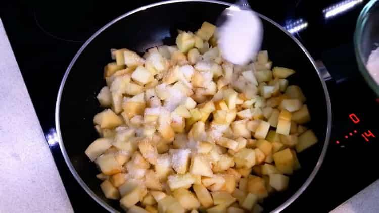 Для приготовления штруделя из слоеного теста потушите яблоки