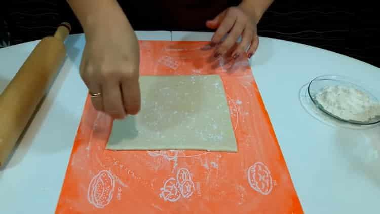 Для приготовления штруделя из слоеного теста раскатайте тесто