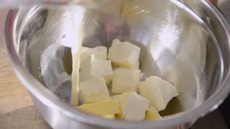 Для приготовления японского хлопкового чизкейка смешайте масло и молоко