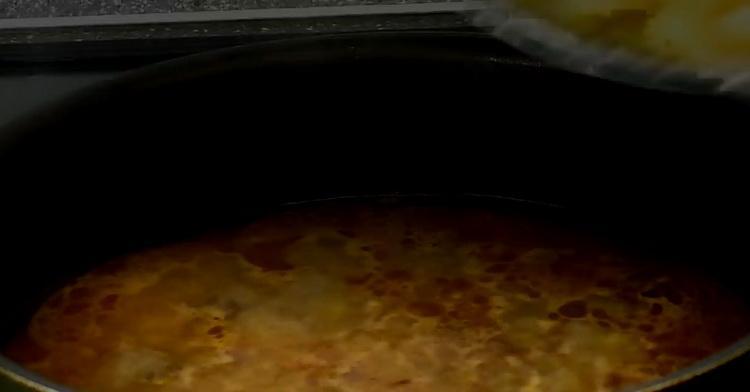 Для приготовления макарон с мясом, подготовьте ингредиенты