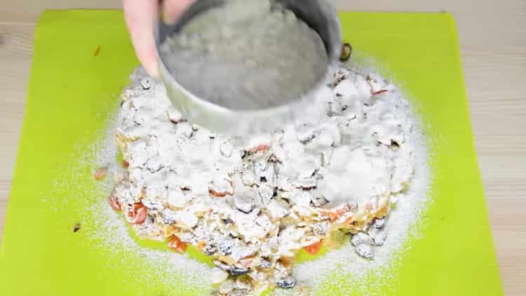 Для приготовления рождественского кекса замесите тесто