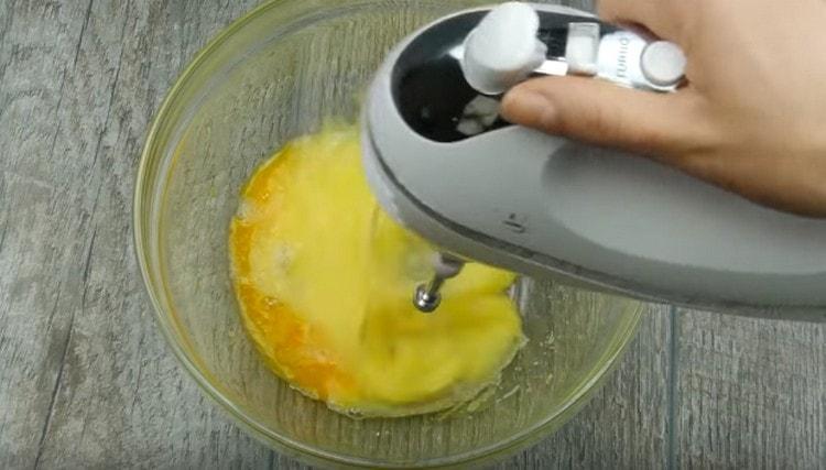 Отдельно взбиваем яйца с сахаром.