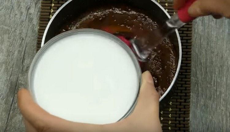 Добавляем в сироп карамельного цвета горячие сливки.