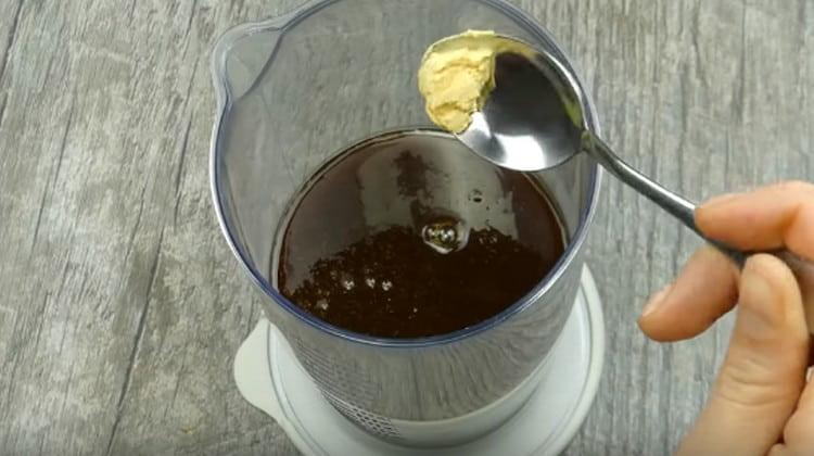 Переливаем массу в блендер, добавляем пищевой краситель.