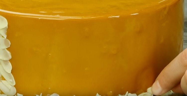 Украсить десерт можно миндальными лепестками.