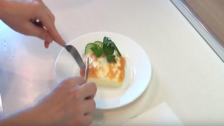 Подавать белковый омлет можно с зеленью и овощами.