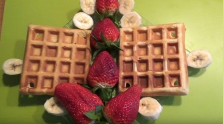 Подать десерт можно с фруктами.