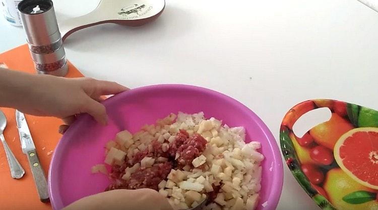 Солим, перчим начинку для беляшей и хорошо перемешиваем.