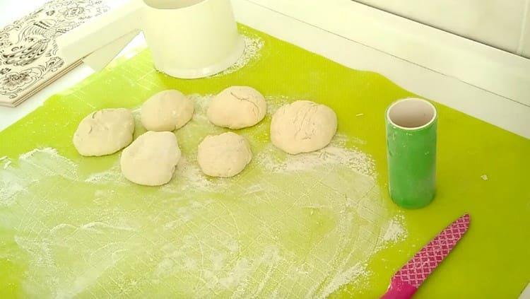 Из теста формируем порционные шарики.