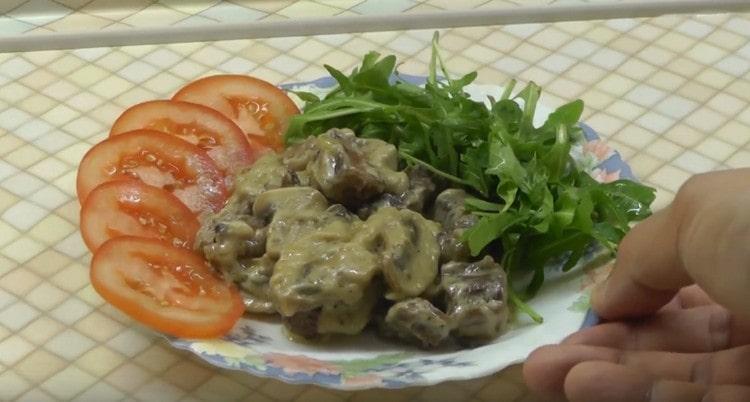 Аппетитный бефстроганов из говядины с грибами готов.