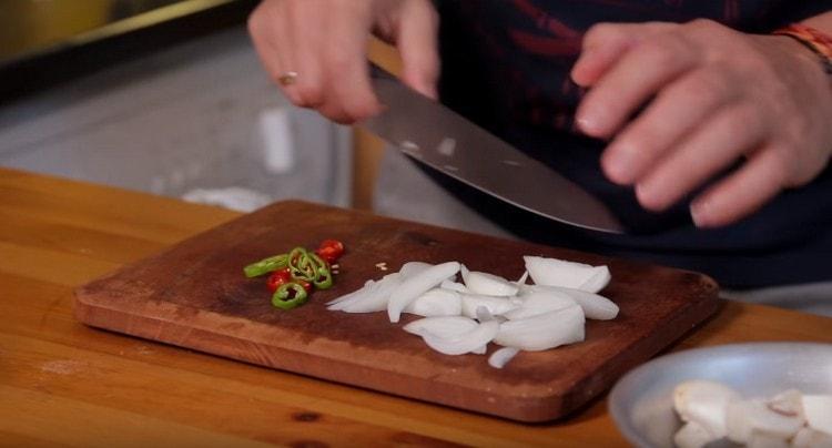 Нарезаем четвертинками шампиньоны и лук, тонкими колечками режем перец чили.