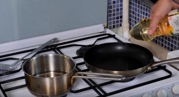 Разогреваем сковороду и отдельно сотейник с маслом.